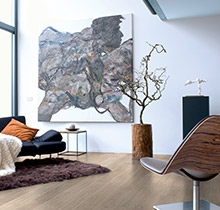 Een vloer die zich eenvoudig laat leggen zowel bij renovaties als bij nieuwbouwwerken, in diverse soorten kamers en zelfs op trappen: dat is laminaat.