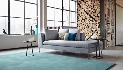 Klant geeft tapijt op maat vorm.