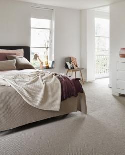 Een vloerbekleding kan uit verschillende materialen bestaan en zich heel uiteenlopende looks aanmeten.
